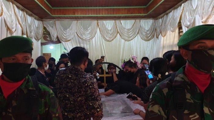 Tembakan Salvo Terdengar, Ibu Almarhum Prada Junifer Kahosadi Jatuh Pingsan