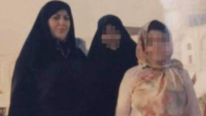 Zahra Ismaili (paling kiri, tidak diburamkan), seorang ibu di Iran yang dijatuhi hukuman mati karena membunuh suaminya yang dilaporkan melakukan penyiksaan terhadapnya dan anaknya. Zahra disebut meninggal jelang dieksekusi karena serangan jantung. Namun dia tetap dibawa ke tiang gantungan.