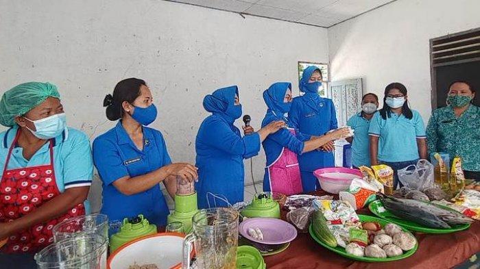 Ibu-ibu Jalasenastri Lanal Melonguane melaksanakan pelatihan membuat makanan olahan berbahan dasar ikan kepada ibu-ibu PKK Desa Alo Utara.