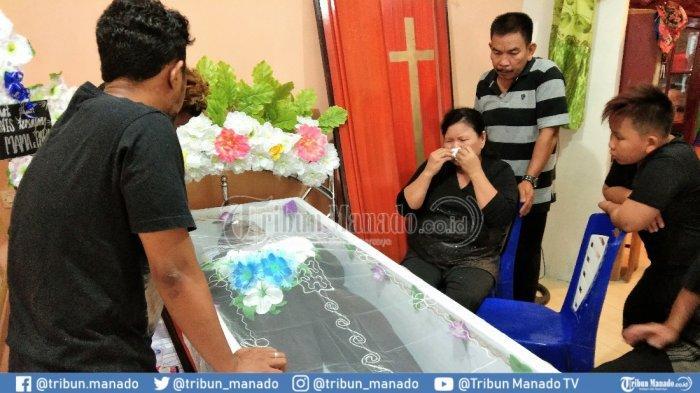 Ibunda Daniel Denis Howan Teriak Histeris di Rumah Duka: Belum Percaya Mama Kasiang Ka!