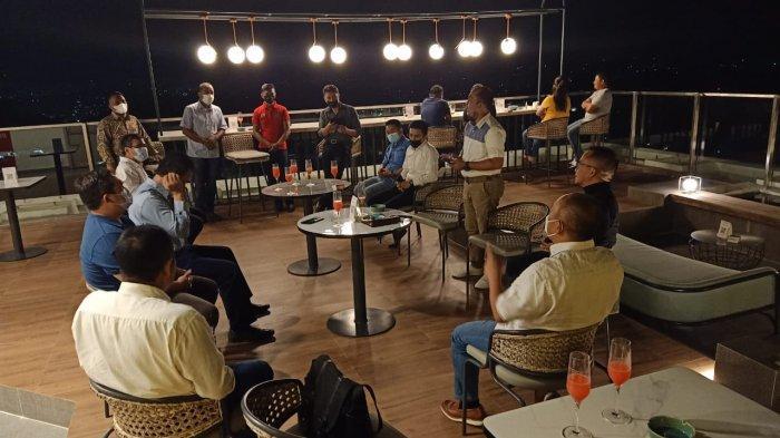 Indonesian Food & Beverage Executive Association ( IFBEC) dan Perhimpunan Hotel dan Restoran Indonesia (PHRI ) melakukan pertemuan di rooftop Luwansa hotel Manado.