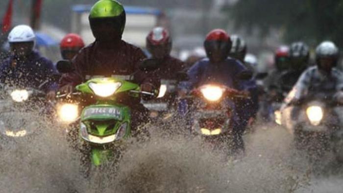 Tetap Berkendara Sepeda Motor Saat Hujan, Perhatikan Hal Ini, Simak Penjelasannya