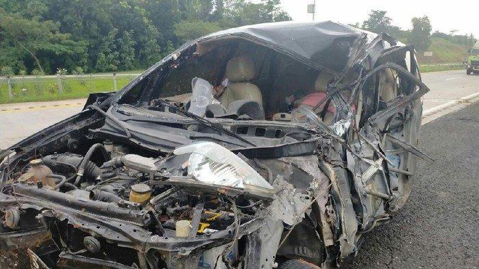 Kecelakaan Maut Tadi Subuh, Seorang Penumpang Tewas, Mobil Innova Menghantam Pohon Pelindung
