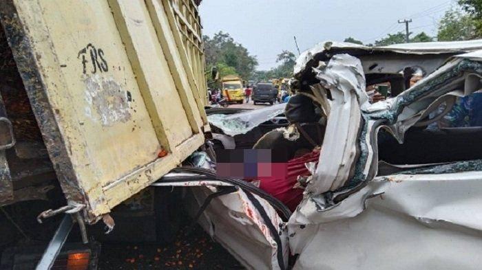 Kecelakaan Maut, 2 Penumpang Perempuan Tewas Usai Bus Tertabrak Truk di Bagian Samping Kanan