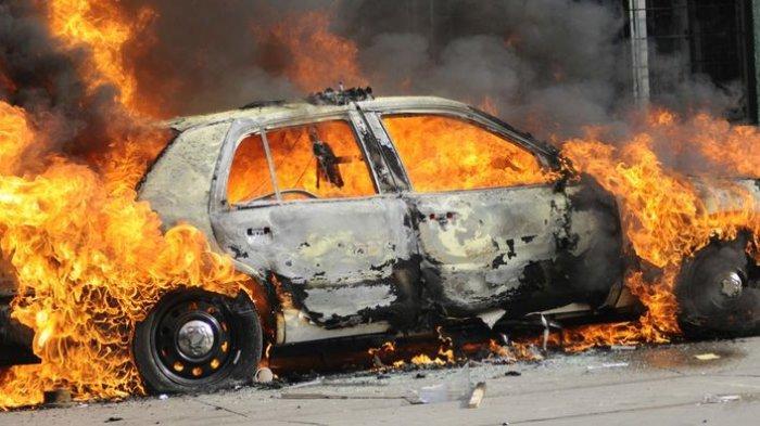 Kecelakaan Maut, Dua Penumpang Tewas Terbakar, Mobil Tesla Dikendarai dengan Autopilot Tabrak Pohon