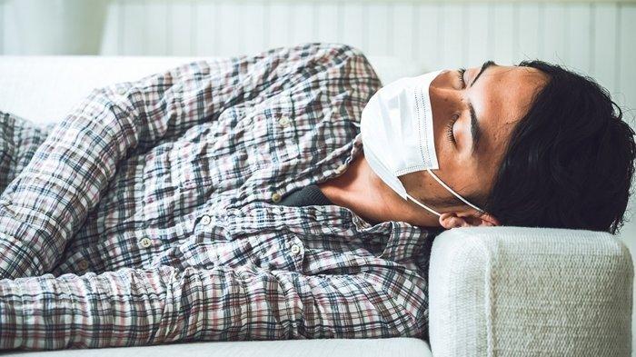 Ilustrasi orang kelelahan. Tidur pakai masker.
