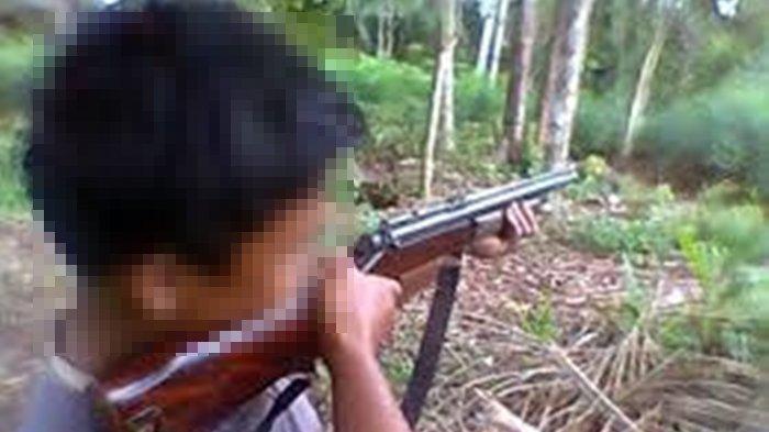 Ilustrasi - Pria menembak. Bocah tewas ditembak tetangga dengan senapan angin di Muara Enim.