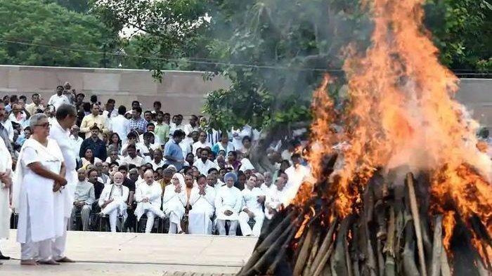 Ilustrasi sebuah upacara kremasi di India.