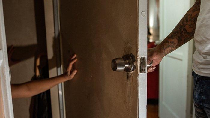 Seorang Pria Langsung Tampar Tetangga saat Pergoki Lakukan Ini terhadap Keluarganya