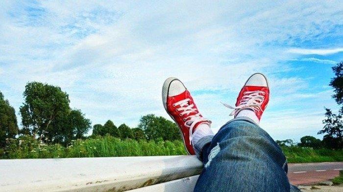 ♚ Terkini Arti mimpi memakai sepatu warna merah
