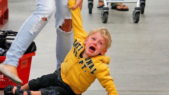 Si Kecil Sering Tantrum dan Sulit Menahan Emosi? Coba Tips Ini Yuk Moms