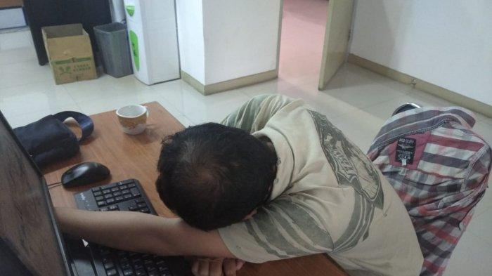 Ilustrasi kurang tidur hingga ketiduran di kantor.