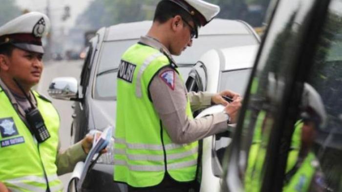 Mendadak Kesurupan saat Ditilang, Polisi Mau Beri Minum Takut Puasa, Netizen: Bisa Dipake Buat Mudik