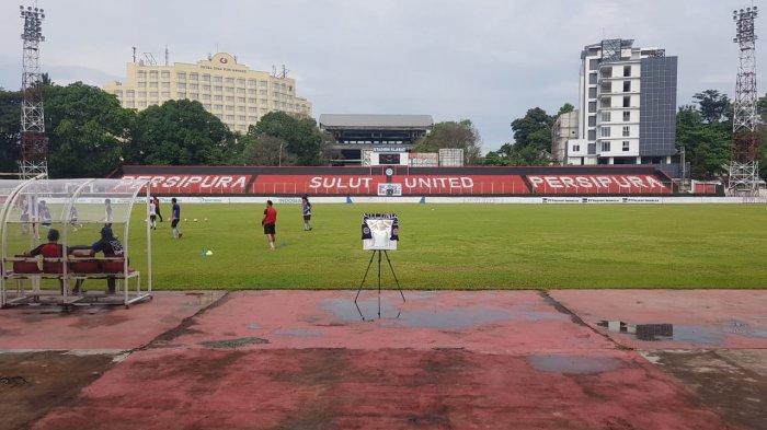 In memoriam match antara Sulut United FC dan Parasamya FC di Stadion Klabat Manado, Sabtu (24/04/2021).