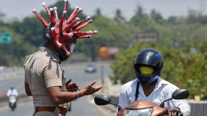 VIRAL Polisi di India Pakai Helm Virus Corona, Peringatkan Warga Agar Tak 'Keluyuran' Saat Lockdown