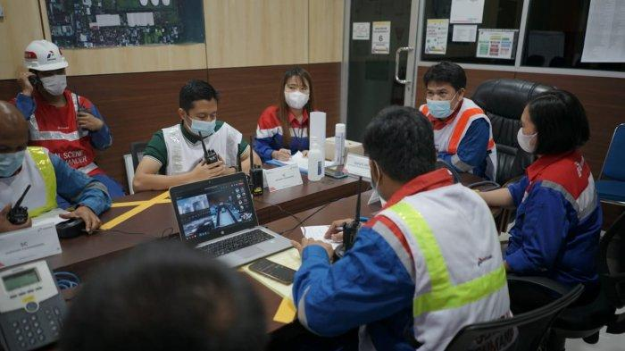 Integrated Terminal Manager Bitung, Jhonny Silalahi melakukan simulasi koordinasi penanggulangan keadaan darurat di Puskodal IT Bitung melalui video conference dengan Top Management dari Puskodal Pertamina Regional Sulawesi di Makassar.