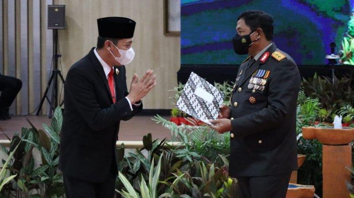 Iskandar Kamaru Bupati Bolsel ketika menerima penghargaan dari Kapolda Sulut Irjen Pol Nana Sudjana.