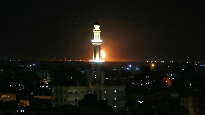 Kobaran api dan asap muncul pasca serangan udara Israel ke Rafah, jalur Gaza.