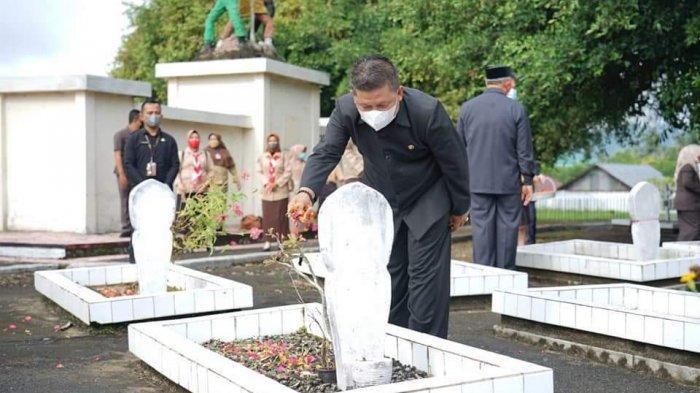Wawali Kotamobagu Nayodo Koerniawan Tabur Bunga di Makam Pahlawan Mongkonai