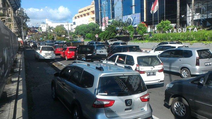 Traffic Update - Kendaraan Parkir Hingga ke Trotoar di Boulevard