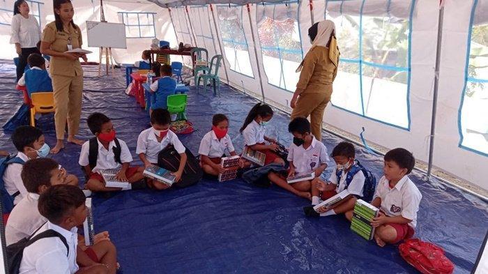 Meski Gunakan Tenda, Anak-anak Korban Banjir di Desa Batu Merah Bolmong Tetap Semangat Belajar