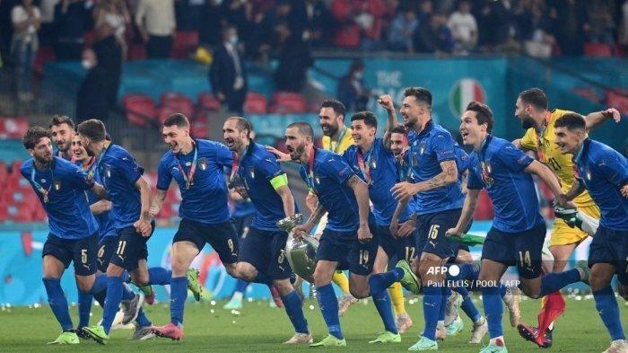 Bek Italia Giorgio Chiellini, bek Italia Leonardo Bonucci dan rekan satu timnya berlari dengan trofi Kejuaraan Eropa setelah pertandingan sepak bola final UEFA EURO 2020 antara Italia dan Inggris di Stadion Wembley di London pada 11 Juli 2021.
