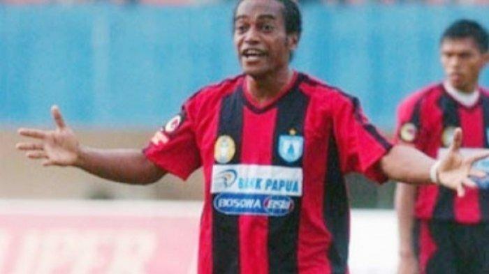 Boaz Solossa dan Yustinus Pae Dipecat Persipura, Sosok Legenda Sepak Bola Papua Menangis