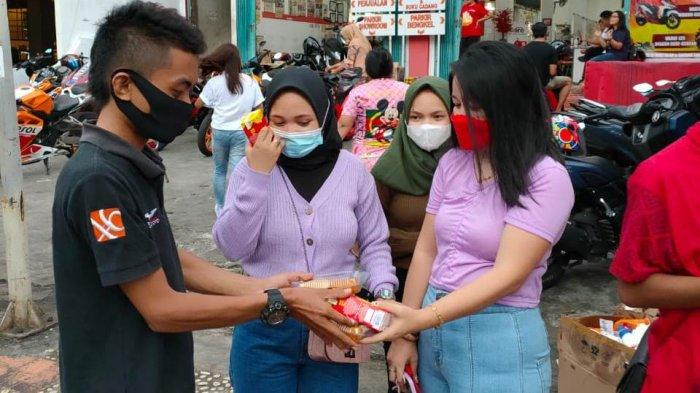 Jajaran Tridjaya Motor Samrat Manado bersama CBR Community membagikan takjil kepada masyarakat