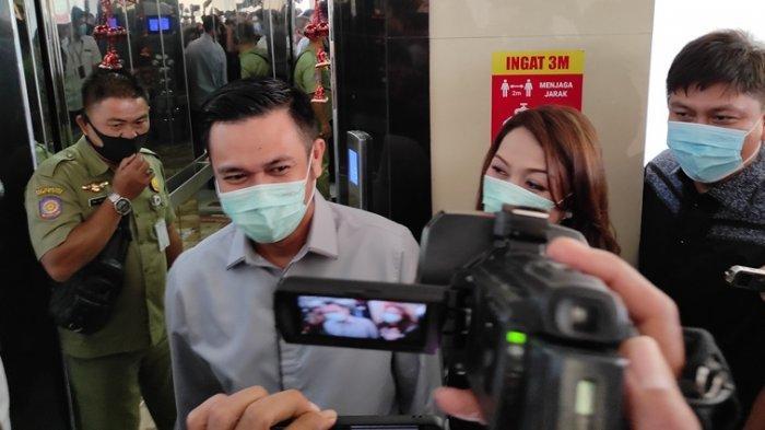 Michaela Elsiana Paruntu (MEP) dan James Arthur Kojongian (JAK) usai memenuhi panggilan BK DPRD Sulut, Rabu (03/02/2021).  (Tribun Manado / Fernando Lumowa