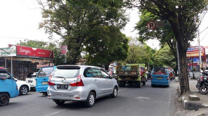 TerjadiPerlambatan Kendaraan di Jalan Ahmad Yani Manado