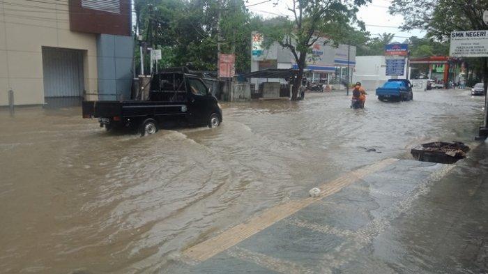 BREAKING NEWS, Banjir di Manado, Jalan Depan Pom Bensin Tikala Tergenang Air, Sejumlah Motor Mogok