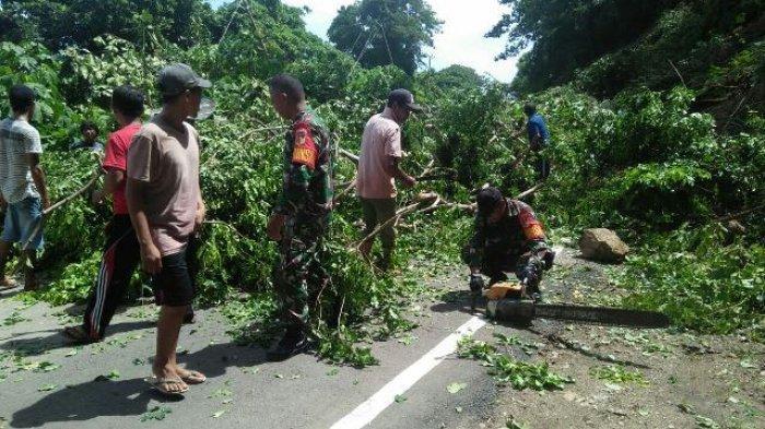Warga Bersama Anggota Koramil Bintauna Mulai Bersihkan Longsor di Jalan Trans Sulawesi