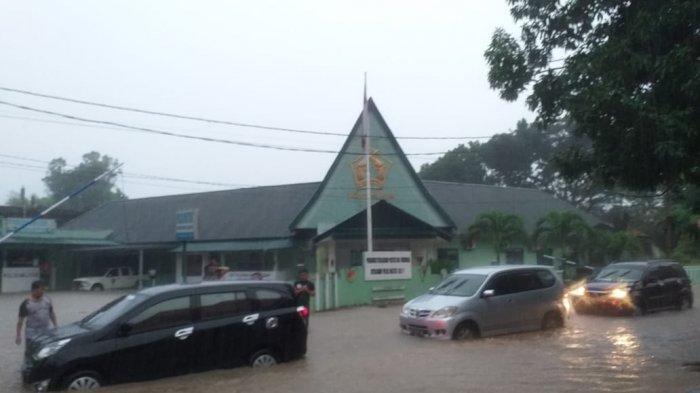 Jalanan depan Kantor Wali Kota Manado