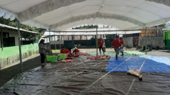 Masjid Nurul Iman Kampung Jawa Tomohon Potong 13 Hewan Kurban dan Disalurkan ke 358 Keluarga