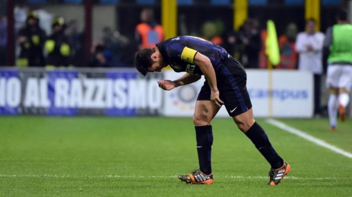 Kapten Inter Milan, Javier Zanetti, masuk lapangan menggantikan Jonathan pada menit ke-52 laga Serie-A melawan Lazio, di Giuseppe Meazza, Sabtu (10/5/2014). Itu adalah laga terakhir Zanetti di Giuseppe Meazza, yang telah menjadi rumahnya sejak 1995.