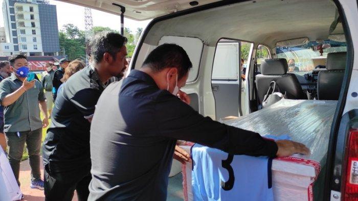 Jenazah Asisten Pelatih Sulut United, Leo Soputan dibawa ke Stadion Klabat Manado, Selasa (20/04/2021). Di sini, Manajemen, pemain Sulut United memberi penghormatan terakhir.