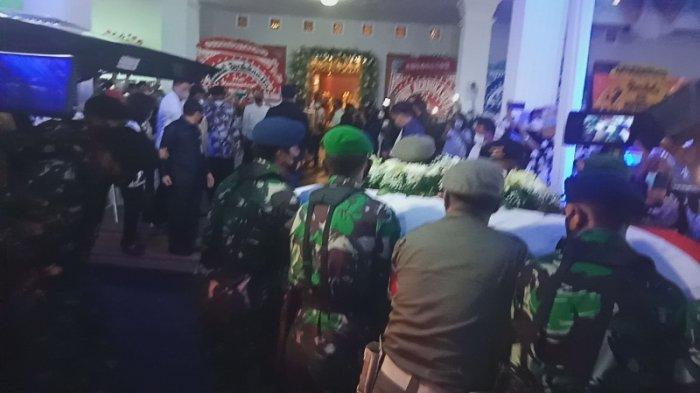 BREAKING NEWS: Jenazah Mantan Gubernur Sulut Sarundajang Disambut Isak Tangis