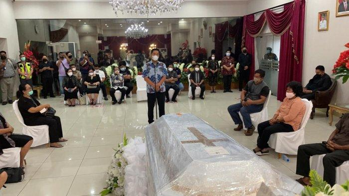 Jenazah Helmud tiba di Bandara Sam Ratulangi, Kamis (10/6/2021) dijemput Wakil Gubernur Sulut, Steven Kandouw di VIP Bandara Sam Ratulangi.