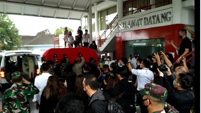 Jenazah Mantan Gubernur SH Sarundajang Dibawa ke Manado, Tiba di Bandara Sam Ratulangi