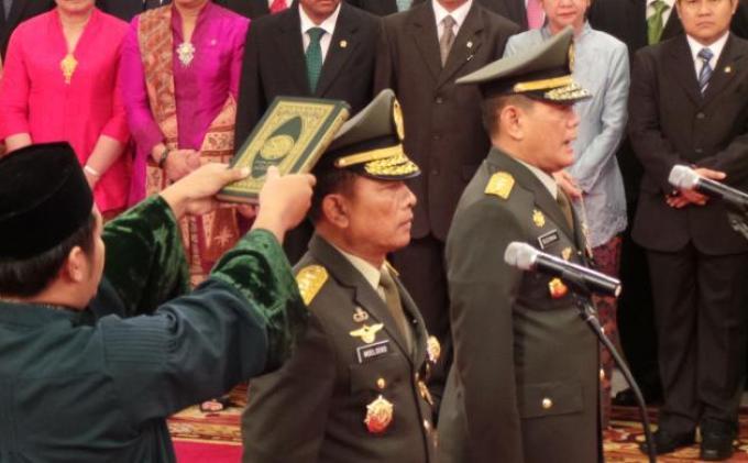 Jenderal (TNI) <a href='https://manado.tribunnews.com/tag/moeldoko' title='Moeldoko'>Moeldoko</a> resmi menjabat <a href='https://manado.tribunnews.com/tag/panglima-tni' title='PanglimaTNI'>PanglimaTNI</a> dan Letnan Jenderal Budiman menjabat Kepala Staf TNI Angkatan Darat setelah keduanya dilantik oleh Presiden Susilo Bambang Yudhoyono di Istana Negara, Jakarta, Jumat ( 30/8/2013 ). | KOMPAS.COM/Sandro Gatra