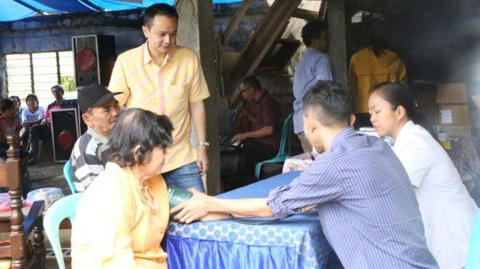 Dr Jerry Sambuaga Bantu Pengobatan Warga di Desa Keroit Motoling Barat