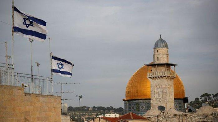 Bendera Israel berkibar di dekat Masjid Kubah Batu Al Aqsa pada 5 Desember 2017.