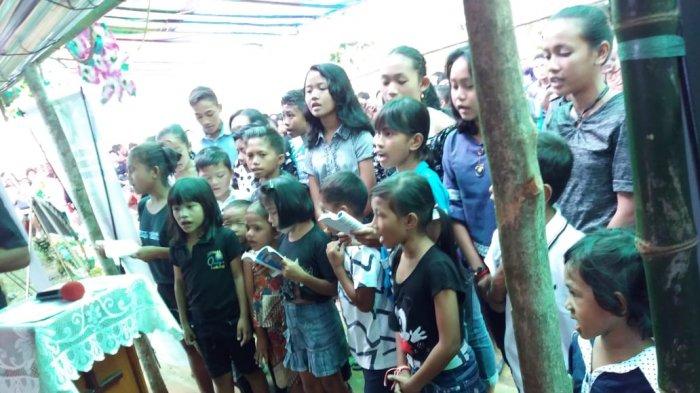 PemakamanJessica Mananohas, Isak Tangis Pelayat saat Lagu
