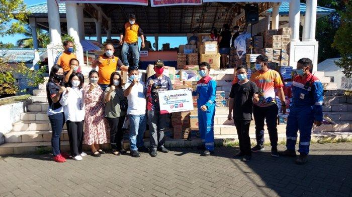 Jhonny Mangaraja Silalahi Manager Integrated Terminal pertaminal Bitung, pimpin jajarannya bawa bantuan.