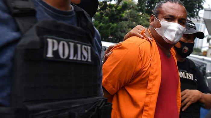 Polisi membawa salah satu tersangka kejahatan John Kei saat rilis di Polda Metro Jaya, Jakarta, Senin (22/6/2020). Tim gabungan Polda Metro Jaya berhasil menangkap 30 orang yakni John Kei beserta anggota kelompoknya dalam kasus pengeroyokan, pembunuhan dan kekerasan di kawasan Duri Kosambi, Jakarta Barat dan Perumahan Green Lake City, Kota Tangerang, Banten pada Minggu 21 Juni 2020.