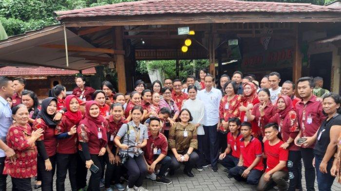 Momen Presiden Jokowi Bersama Ibu Negara Selesai Makan Siang dan Foto Bersama Pegawai Restoran