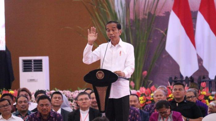 Curhat Sering Difitnah, Jokowi Tunjukkan Foto Hoaks Kampanye PKI Tahun 1955