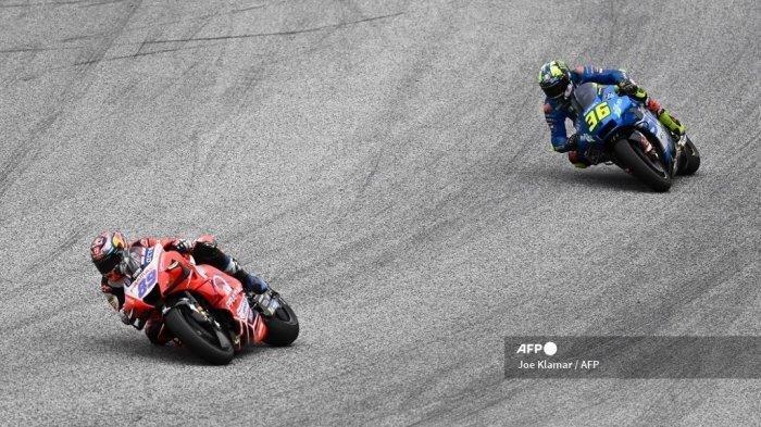 Pembalap Ducati-Pramac Spanyol Jorge Martin (kiri) bersaing dengan sepeda motornya di depan pebalap Suzuki Spanyol Joan Mir selama Grand Prix Sepeda Motor Styrian di trek balap Red Bull Ring di Spielberg, Austria pada 8 Agustus 2021.