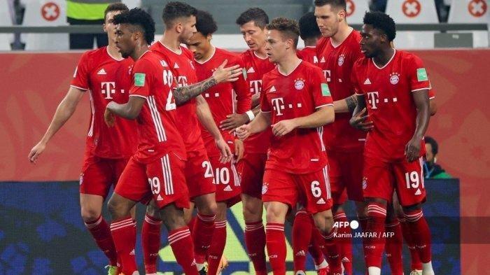 Gelandang Bayern Munich asal Jerman Joshua Kimmich (tengah) merayakan golnya bersama rekan satu timnya, sebelum gol itu dibatalkan oleh VAR, selama pertandingan sepak bola final Piala Dunia Antarklub FIFA antara Bayern Munich vs UANL Tigres Meksiko di Education City Stadium di kota Qatar Ar-Rayyan pada 11 Februari 2021.