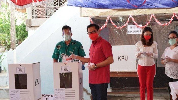 Calon Bupati Minut Joune Ganda dan Istri Mencoblos di TPS 5, Desa Kaima